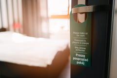 Dörrhängaren behar smink mitt rum i 4 språk Royaltyfria Foton