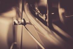 Dörrhandtag av denna bil i svartvitt i närbild royaltyfria foton