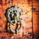 Dörrhandtag i form av lejonhuvudet, Venedig, Italien Arkivbilder