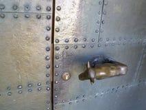 Dörrhandtag i formen av en ko på en tysk kyrklig ingångsdörr, arkitektonisk detalj arkivbild
