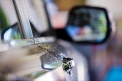 Dörrhandtag med droppregn arkivbild