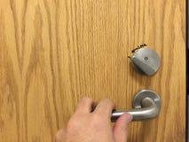 Dörrhandtag med handen Arkivbilder