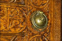 Dörrhandtag och träcarvings Arkivfoto