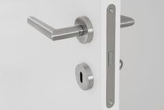 Dörrhandtag på dörr Arkivfoto