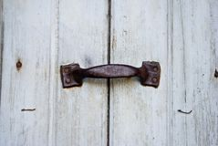 Dörrhandtag på den gamla dörren royaltyfri foto