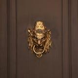 Dörrhandtaget i form av lejon tystar ned Arkivbild