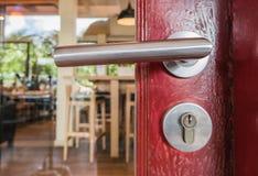 Dörrknopp eller öppna dörren tolkning 3D av ett kontorsutrymme Royaltyfri Bild