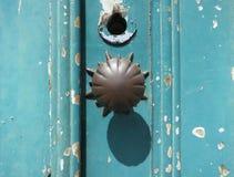 Dörrknopp på en kulör dörr för turkos royaltyfri bild