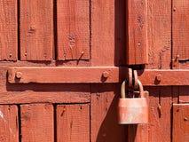 Dörrlås för nyckel- bokslut, nyckelhål, haspbult Samling av retro lås för gammal tappning på den texturerade kulöra dörren Närbil royaltyfria foton
