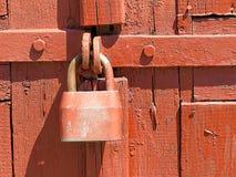 Dörrlås för nyckel- bokslut, nyckelhål, haspbult Samling av retro lås för gammal tappning på den texturerade kulöra dörren Närbil arkivbilder