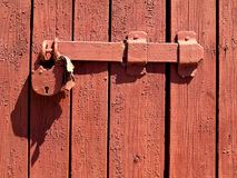 Dörrlås för nyckel- bokslut, nyckelhål, haspbult Samling av retro lås för gammal tappning på den texturerade kulöra dörren Närbil royaltyfri fotografi