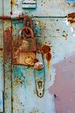 Dörrlås för nyckel- bokslut, nyckelhål, haspbult Samling av retro lås för gammal tappning på den texturerade kulöra dörren Närbil arkivfoton
