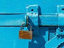 Dörrlås för nyckel- bokslut, nyckelhål, haspbult Samling av retro lås för gammal tappning på den texturerade kulöra dörren Närbil royaltyfri bild