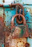 Dörrlås för nyckel- bokslut, nyckelhål, haspbult Samling av retro lås för gammal tappning på den texturerade kulöra dörren Närbil royaltyfria bilder