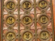 Dörrstatyhelgon Stephens Cathedral Budapest Hungary Royaltyfri Bild