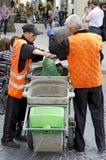 Dörrvakter gör ren avfall på gatan i Lvov royaltyfri fotografi
