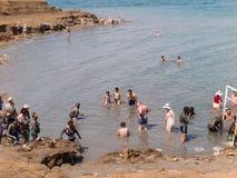DÖTT HAV, ISRAEL - Juli 14: Badningsaltvatten och gyttja i det döda set royaltyfria bilder