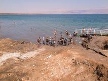 DÖTT HAV, ISRAEL - Juli 14: Badningsaltvatten och gyttja i det döda set arkivbilder
