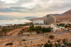 DÖTT HAV, ISRAEL - NOVEMBER 2011: Sikt av hotellet och det döda havet fotografering för bildbyråer