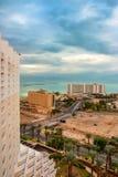 DÖTT HAV, ISRAEL - NOVEMBER 2011: Sikt av hotellet och det döda havet arkivbilder