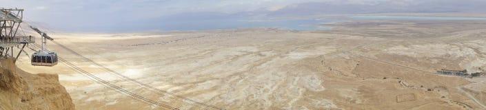 Dött hav under vinter med den Masada spårvagnen royaltyfri foto