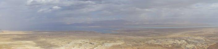 Dött hav under vinter med moln från den Masada bergstoppet royaltyfria foton