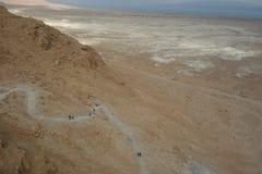 Dött hav under vintervisningen som upp till fotvandrar slingan Masada arkivbilder