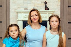 döttrar henne moder två 3 flickor för kamerasoffafamilj se sitting för orange stående för moder deras beträffande där Royaltyfri Bild