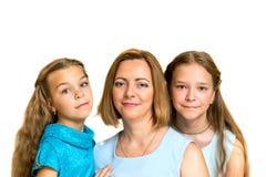 döttrar henne moder två 3 flickor för kamerasoffafamilj se sitting för orange stående för moder deras beträffande där Royaltyfri Fotografi