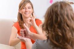 Döv kvinna som lär teckenspråk royaltyfri bild