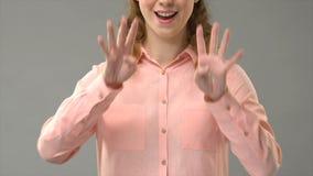 Döv kvinna som säger lyckliga hanukkah i teckenspråket som visar ord i asl, kurs stock video