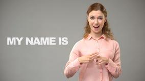 Dövt säga för dam som är trevligt att möta dig i text för teckenspråk på döv bakgrund stock video