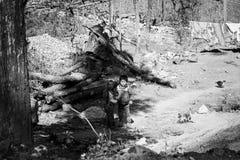 Dúo Yi Shu Village, Yunnan, China: Dos niños pobres están sonriendo en un lugar abandonado Imagen de archivo