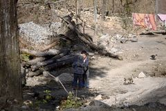 Dúo Yi Shu Village, Yunnan, China: Dos niños pobres están sonriendo en un lugar abandonado Fotos de archivo