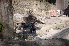 Dúo Yi Shu Village, Yunnan, China: Dos niños pobres están sonriendo en un lugar abandonado Imagenes de archivo