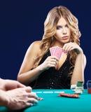 Dúvida da mulher em um fósforo de jogo do cartão Fotografia de Stock Royalty Free