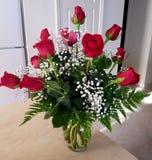 Dúzia rosas vermelhas amam o vaso imagem de stock royalty free