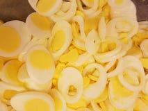 Dúzias dos ovos cortados para sanduíches da salada do ovo na cozinha de sopa, alimentando o com fome fotografia de stock