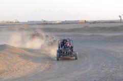 Düne-Buggys, die in der Wüste laufen lizenzfreie stockfotografie