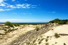 Düne, die hölzernen Bau über dem Sand am Naturpark von Curonian-Spucken schützt stockfoto