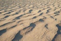 Dünenkräuselungs-Hintergrundbeschaffenheit Ägyptens mit gelbem Sand Stockfotos