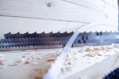 Dünn-Ausschnittband sah für Holzbearbeitungsindustrie Automatische Werkzeugmaschinen CNC lizenzfreie stockfotos