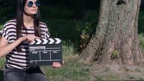 Dünn-haariges Mädchen mit Schindel im Park stock footage