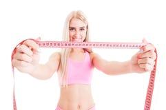 Dünne aerobe Frau, die rosa Meter hält Lizenzfreie Stockfotos