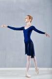 Dünne Ballerina in einem blauen Kleidertanzen Lizenzfreie Stockbilder