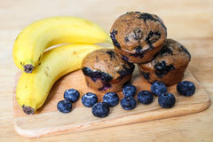 Dünne Bananen-Blaubeermuffins Lizenzfreies Stockbild