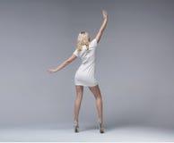 Dünnes blondes attraktives Mädchen, das stilvolles Kleid trägt Stockfotografie