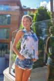 Dünne blonde Frau bei der Aufstellung der kurzen Jeanshose Lizenzfreie Stockfotografie