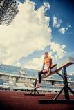 Dünne blonde Frau in der Sportkleidung, die Übungen tut Lizenzfreies Stockbild