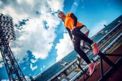Dünne blonde Frau in der Sportkleidung, die Übungen tut Lizenzfreie Stockfotos